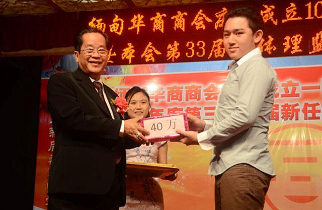 吴继垣会长向华商商会成员子弟高考优等生颁发奖金
