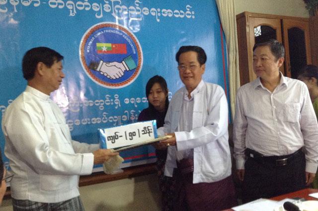缅甸华商商会向仰光省区受洪灾人民捐善款赈灾