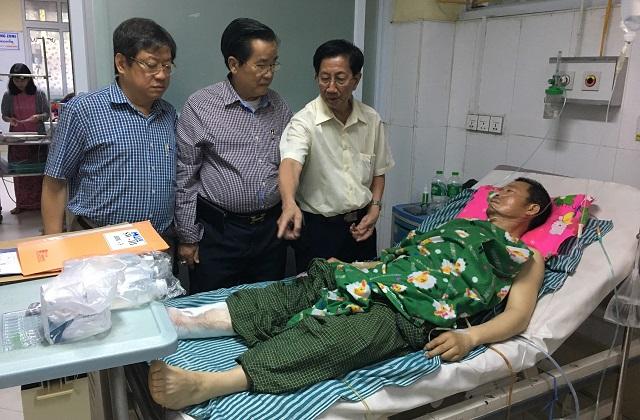 仰光华助中心慰问中国四川省因公负伤人员并捐助50万元福利金