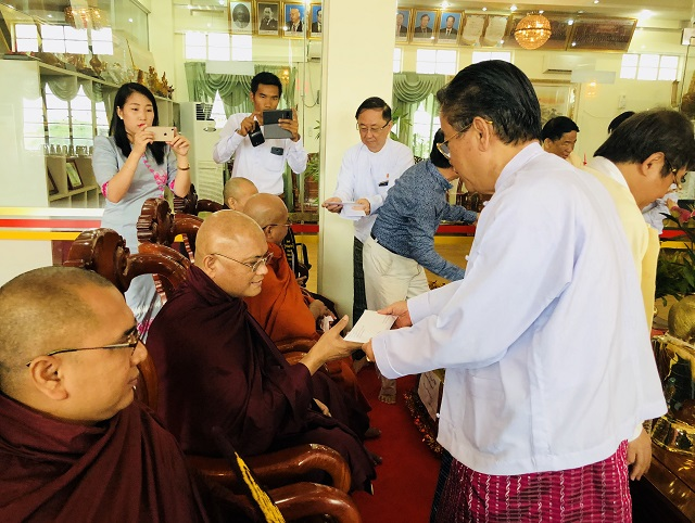 缅甸中华总商会举行瓦梭月盈节供奉袈裟仪式