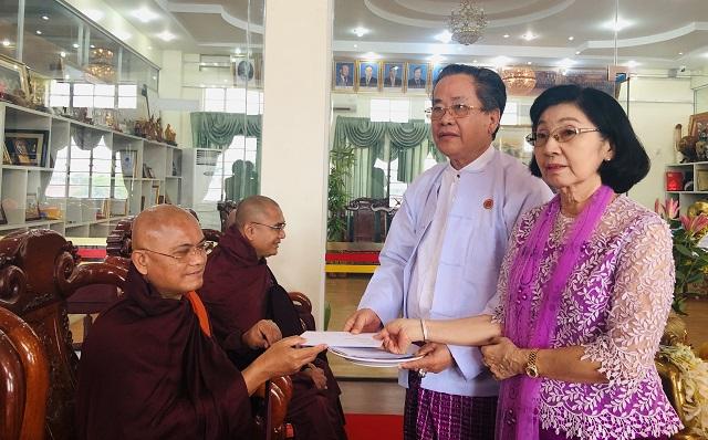 缅甸中华总商会举办第二届瓦梭月盈节供奉袈裟及诵经活动