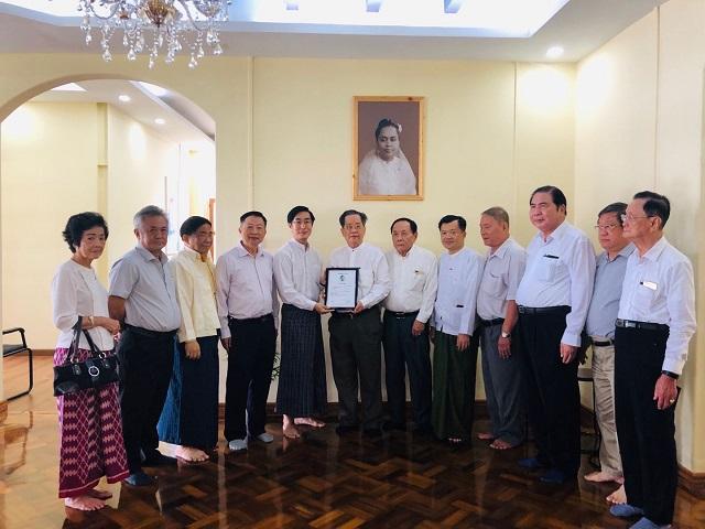 缅甸中华总商会、缅甸华侨华人慈善会向 Daw Khin Kyi Foundation 各捐献3000万元缅币救济受灾民众